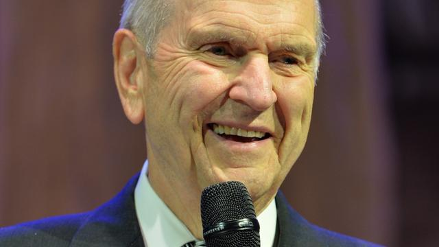 Elder Russell M. Nelson speaks to the cast of the British Pageant