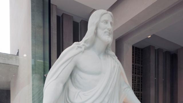 The Christus statue in the entrance of the new Mormon Visitor Centre at Hyde Park 1